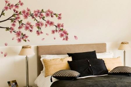 adesivo com flores quarto de casal 450x300 Conheça os Adesivos decorativos de parede mais legais, 2 Tutoriais para colar os adesivos
