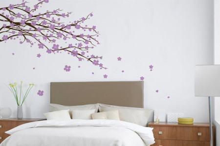 adesivo na cabeceira quarto de casal 450x300 Conheça os Adesivos decorativos de parede mais legais, 2 Tutoriais para colar os adesivos