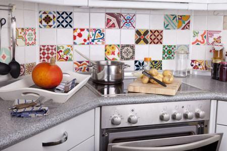 adesivos para cozinha pra decorar 450x300 Conheça os Adesivos decorativos de parede mais legais, 2 Tutoriais para colar os adesivos