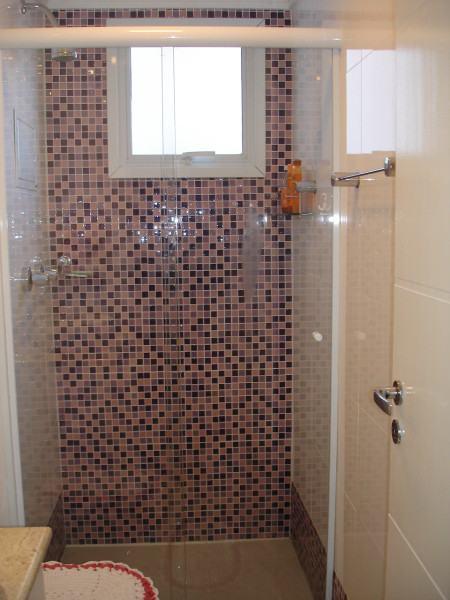 area de banho revestida com pastilha 450x600 Pastilhas para banheiro decorativas ideais revestir as paredes