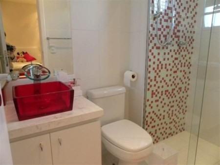 banheiro com cuba e pastilha 450x338 Pastilhas para banheiro decorativas ideais revestir as paredes