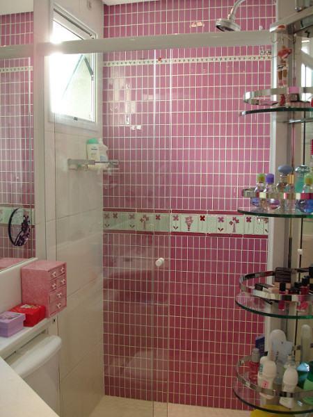 banheiro com pastilha basica vermelha 450x600 Pastilhas para banheiro decorativas ideais revestir as paredes