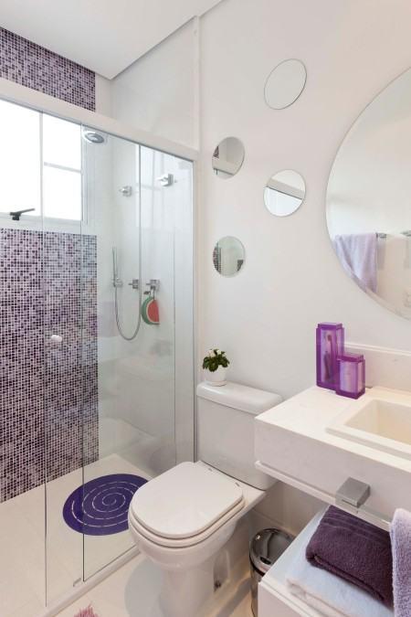 banheiro de apartamento com pastilha 450x675 Pastilhas para banheiro decorativas ideais revestir as paredes