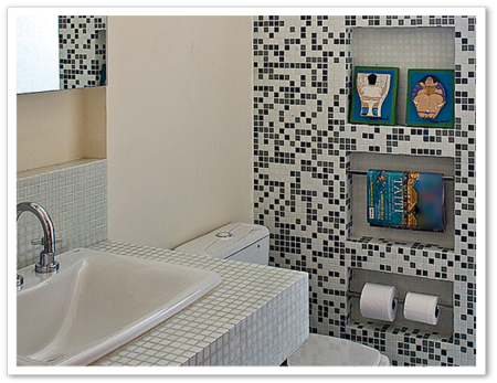 banheiro de suite com pastilha preta e cinza 450x347 Pastilhas para banheiro decorativas ideais revestir as paredes
