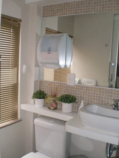banheiro pequeno com pastilha 450x600 Pastilhas para banheiro decorativas ideais revestir as paredes