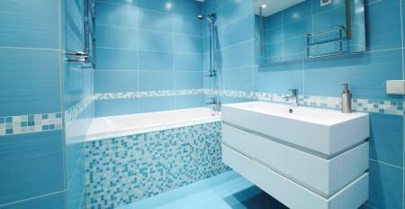 banheiro revestido com pastilha azul 450x232 Pastilhas para banheiro decorativas ideais revestir as paredes