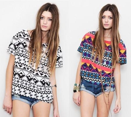 blusinhas estampadas etnicas com shorts jeans 450x403 Blusinhas femininas estampadas: Ombro vazado, manga longa, regatinha, tomara que caia