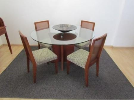 mesa de jantar 4 cadeiras redonda com tampo de vidro 450x338 Tipos de MESAS DE 4 CADEIRAS para jantar em família