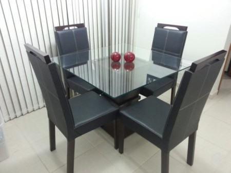 mesa de jantar quadrada 4 lugares com cadeiras em couro