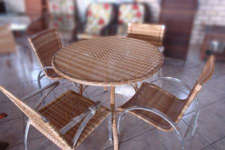 mesa de jantar redonda 4 lugares de vime 450x300 Tipos de MESAS DE 4 CADEIRAS para jantar em família