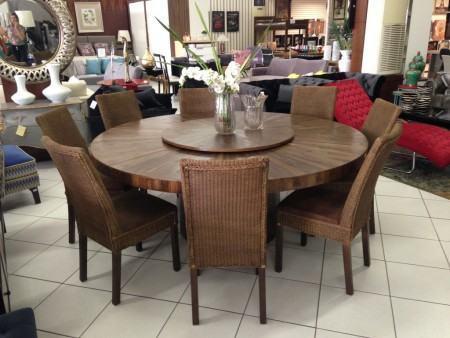 mesas de jantar redondas com cadeiras estofadas e vime