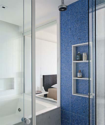 pastilha azul em banheiro grande Pastilhas para banheiro decorativas ideais revestir as paredes