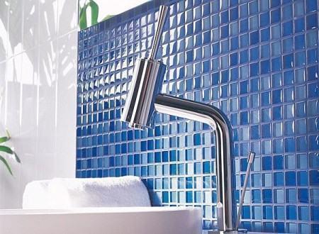 pastilha decorativa na pia do banheiro 450x330 Pastilhas para banheiro decorativas ideais revestir as paredes