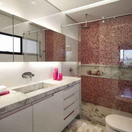pastilha vermelha na area de box do banheiro 450x450 Pastilhas para banheiro decorativas ideais revestir as paredes