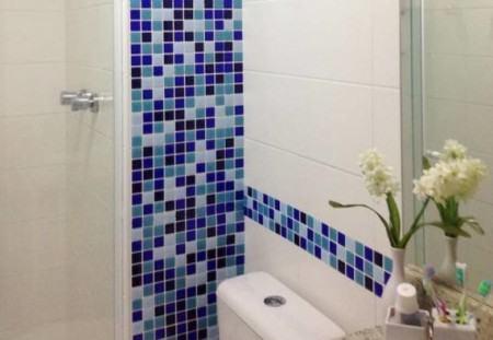pastilhas decorativas para banheiros azul 450x311 Pastilhas para banheiro decorativas ideais revestir as paredes