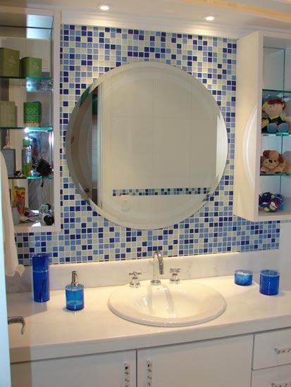 pastilhas decorativas para banheiros na parede do lado do espelho Pastilhas para banheiro decorativas ideais revestir as paredes