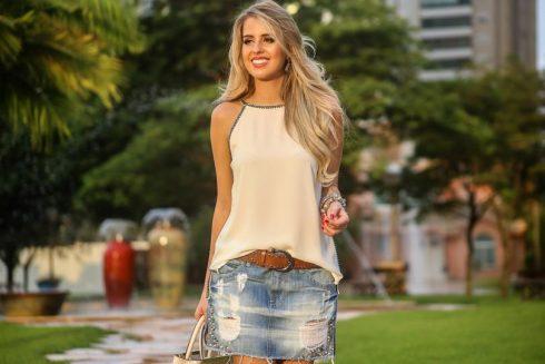 regatinha com saia jeans curta rasgada 490x327 As mais perfeitas BLUSINHAS FEMININAS REGATINHAS moda jovem