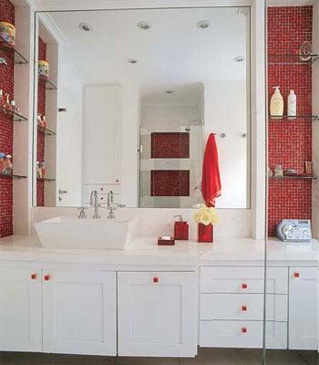 armarios constrastam com pastilhas vremelhas no banheiro