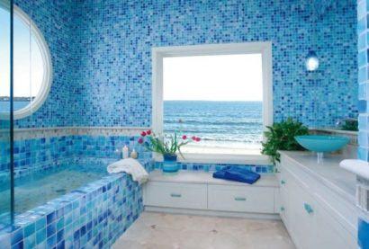 banheiro grande todo com pastilhas azuis