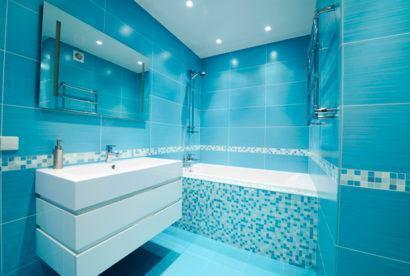 banheiro todo azul com pastilhas