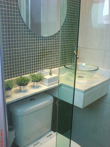 banheiros com pastilhas verdes com espelho