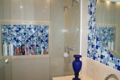banheiros decorados com pastilha azuis detalhes