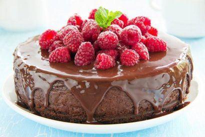 bolo chocolete e frutas para aniversario