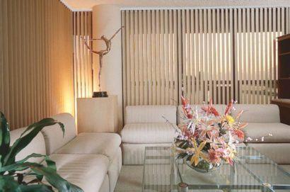 cortina persiana para sala ladrilhos 410x271 Tipos de CORTINA PARA SALA DE ESTAR, Persianas, Varão e muito mais