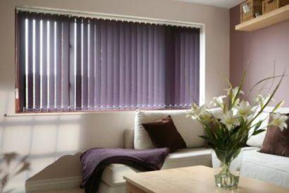 cortina persiana para sala na janela 410x273 Tipos de CORTINA PARA SALA DE ESTAR, Persianas, Varão e muito mais