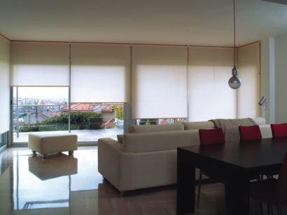 cortina rolo para sala de residencias 410x308 Tipos de CORTINA PARA SALA DE ESTAR, Persianas, Varão e muito mais