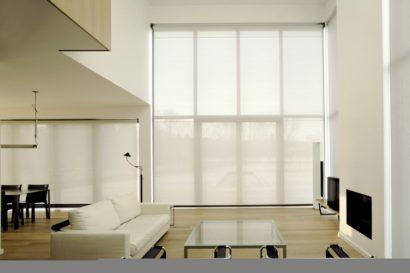 cortina rolo para sala fotos de ambientes 410x273 Tipos de CORTINA PARA SALA DE ESTAR, Persianas, Varão e muito mais