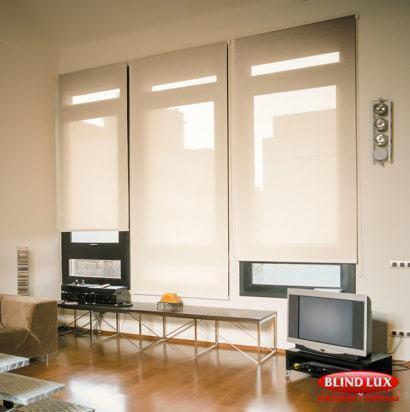 cortina rolo para sala pra janela grande 410x412 Tipos de CORTINA PARA SALA DE ESTAR, Persianas, Varão e muito mais