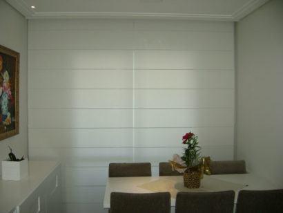 cortina romana para sala 410x308 Tipos de CORTINA PARA SALA DE ESTAR, Persianas, Varão e muito mais