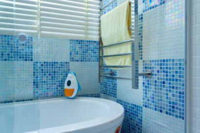 destaques banheiros decorados com pastilha azuis