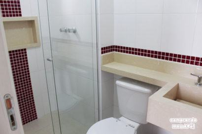 faixas vermelhas de pastilhas no banheiro