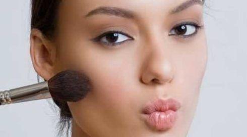 maquiagem para ir a escola 490x271 Como fazer Maquiagem para ir a escola - Passo a passo