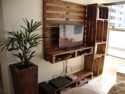 painel de tv de pallets com prateleiras