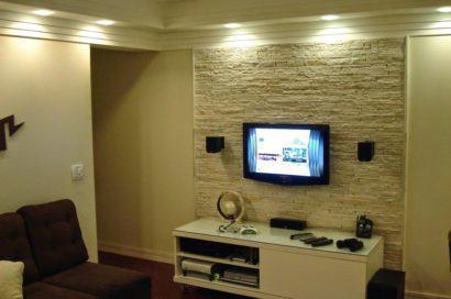 painel de tv de pedra na sala