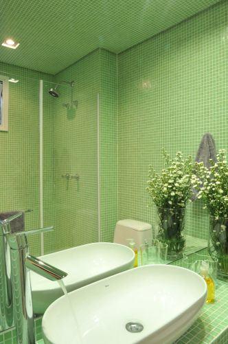 pastilhas até o teto verde no banheiro