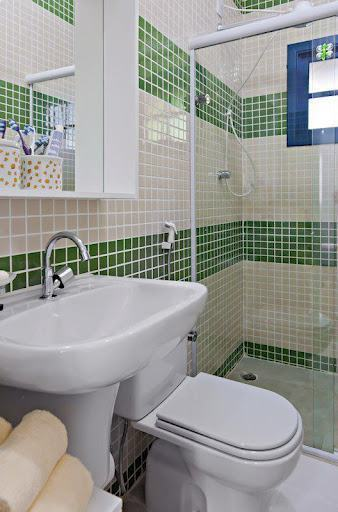 pastilhas verdes e brancas no banheiro