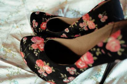 sapatos florais 410x272 SAPATOS FEMININOS DA MODA : Os modelitos e cores