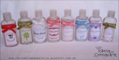 garrafinhas de alcool gel para lembrancinhas de nascimento 410x209 Modelos de Lembrancinhas para nascimento do bebê
