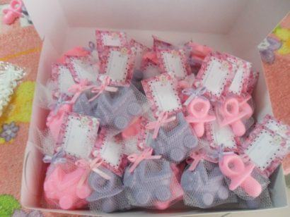 lembrancinha de nascimento sabonete perfumado 410x308 Modelos de Lembrancinhas para nascimento do bebê