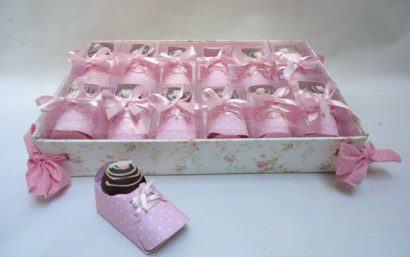 lembrancinhas de nascimento comestiveis sapatinho 410x257 Modelos de Lembrancinhas para nascimento do bebê