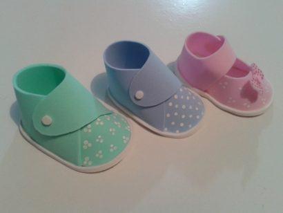 modelinhos sapatinho de bebe lembrancinha nascimento 410x308 Modelos de Lembrancinhas para nascimento do bebê