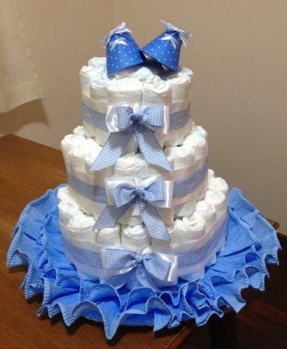 bolo de fraldas para menino 410x499 Bolo de fraldas e organização da festa para o bebê