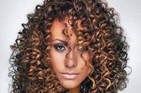 cabelos crespos com luzes 3 490x326 Cabelos crespos com luzes belos cortes e penteados