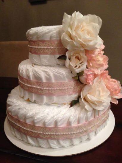 como fazer bolo de fraldas 410x547 Bolo de fraldas e organização da festa para o bebê