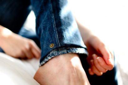aprenda fazer barra de cal%C3%A7a jeans original 410x273 Como fazer barra de calça jeans original