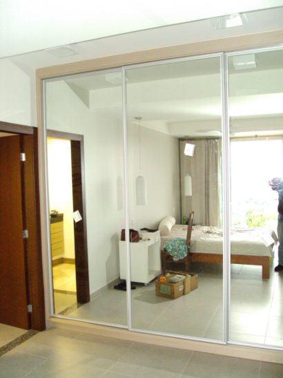 guarda roupa grande 3 portas de correr e espelho 410x547 Guarda roupa com PORTA DE CORRER amplia os espaços